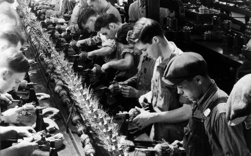 « En se servant des moyens de production, l'ouvrier produit des biens qui deviennent la propriété du capitaliste. » Ici, la chaîne de montage, pièce maîtresse du fordisme, l'organisation scientifique du travail.